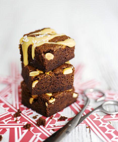 Nämä helpot suklaabrowniet räjäyttävät tajunnan! Juju on makean ja suolaisen yhdistelmässä. Suklaa ja kinuski saavat seurakseen suolapähkinöitä ja ripauksen sormisuolaa. / These delicious chocolate brownies are sweet and a bit salty at the same time. / Kuva/pic: Sami Repo