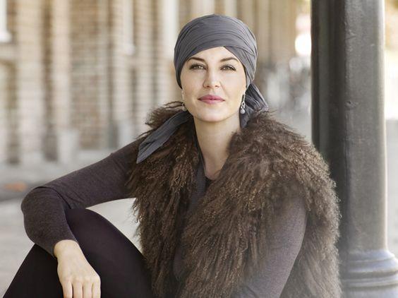 Pañuelos, sombreros, gorros y turbantes especialmente concebidos y elaborados para dar volumen a la cabeza sin pelo y para mantenerse en su sitio.