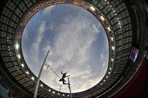 Yelena Isinbayeva en el cielo, otra gran foto del Mundial de Atletismo de Moscú 2013 - Atletismo - canchallena.com
