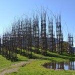 Giuliano Mauri ( décédé en 2009 ) a commencé cette construction naturelle en 2001. Cathédrale gothique végétale : bois de sapin, châtaigniers et noisetiers.  Construite sur une colline isolée et entourée d'arbres, la cathédrale – qui attire aujourd'hui plus de 10.000 visiteurs par an – offre une vue imprenable sur les sommets de Pizzo et Arera dell'Aben.