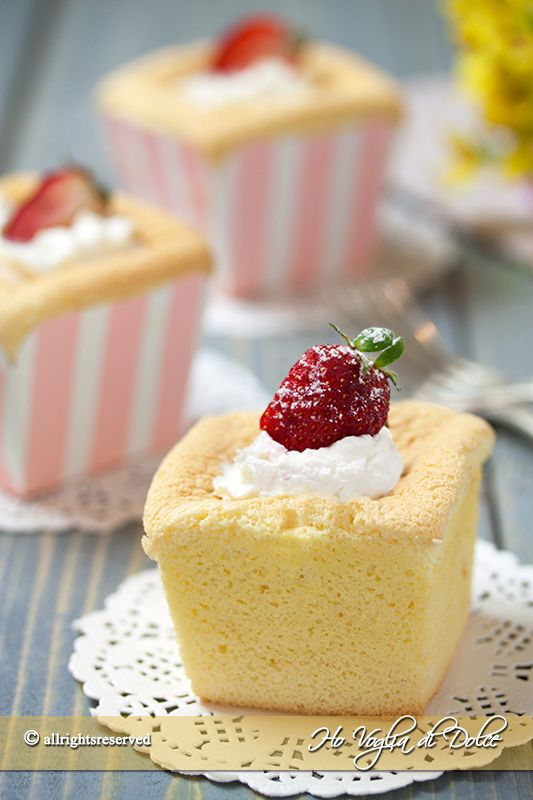 Hokkaido chiffon cupcakes ricetta facile e veloce. Sono dolcetti asiatici buonissimi, freschi e golosi. Tortine dal cuore cremoso farcite con panna.