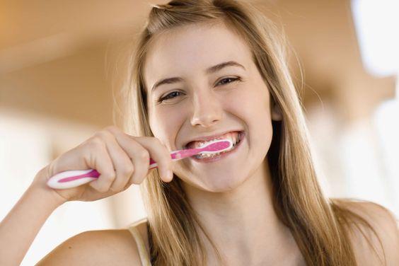 Practique estos consejos para mantener la salud bucal   Por: @linternista - http://medicinapreventiva.info/generalidades/20236/practique-estos-consejos-para-mantener-la-salud-bucal-por-linternista/ - Aunque usted no lo crea en su boca existen más de 20.000 millones de bacterias y cada día que pasa sin que se cepille la dentadura estas proliferan en millones de millones de nuevas bacterias dispuestas a hacer de las suyas, no solo en la boca sino que pueden invadir