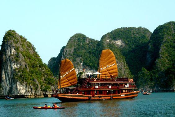 la bahia de ha long en vietnamita vịnh hạ long tambien llamada ...