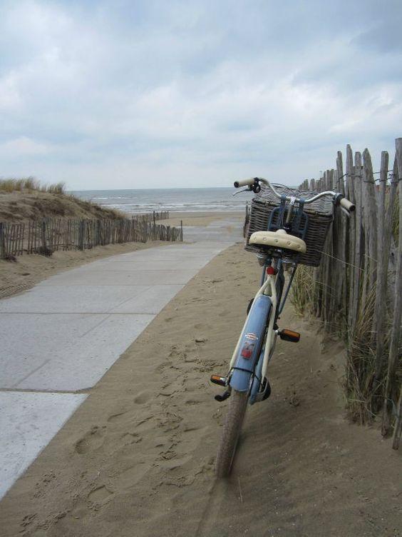 sur les chemins l'été, à la plage, à la campagne, à la montagne ... partir loin mais à bicyclette