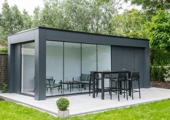 Modern Bijgebouw Trespa Gevelplaten Strak Modern Look Houten Tuinhuis Tuinhuizen Carports Eiken Bijgebouw Tuinhuis In 2020 Tuinhuizen Tuinhuis Zwembad Huizen