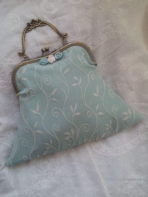 Sac à main mariage coton vert pastel brodé feuillage et satin port offert : Sacs à main par dentelles-et-fanfreluche
