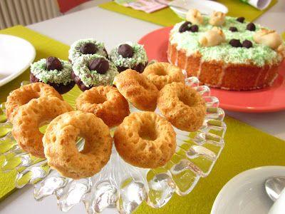 Zweierlei Guglhupfse bei Frau Schulz: Schoko- und Marzipan-Mandel-Gugls ergänzten die Kaffeetafel. Im Hintergrund: Der Apfel-Mähren-Kuchen.