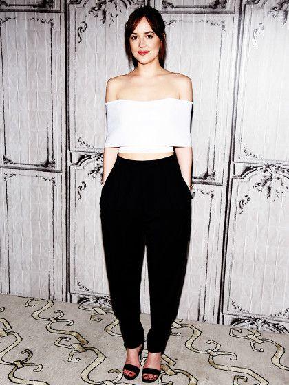 Schauspielerin Dakota Johnson kombiniert eine schulterfreie Carmenbluse mit schwarzen Reiterpants!: