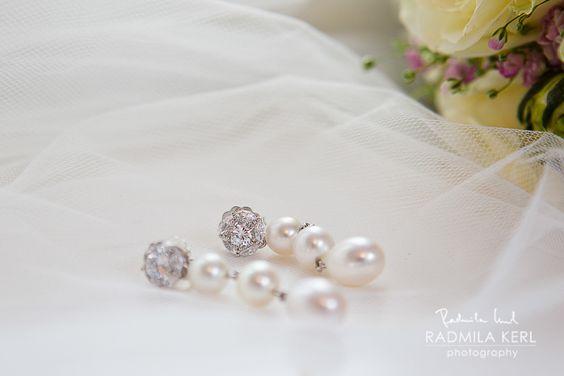 beautiful pearl earrings for wedding bridal accessories by © radmila kerl wedding photography munich schöne Perlenohrringe für die Hochzeit oder Verlobung auf Brautschleier / Brautschmuck / Brautohrringe
