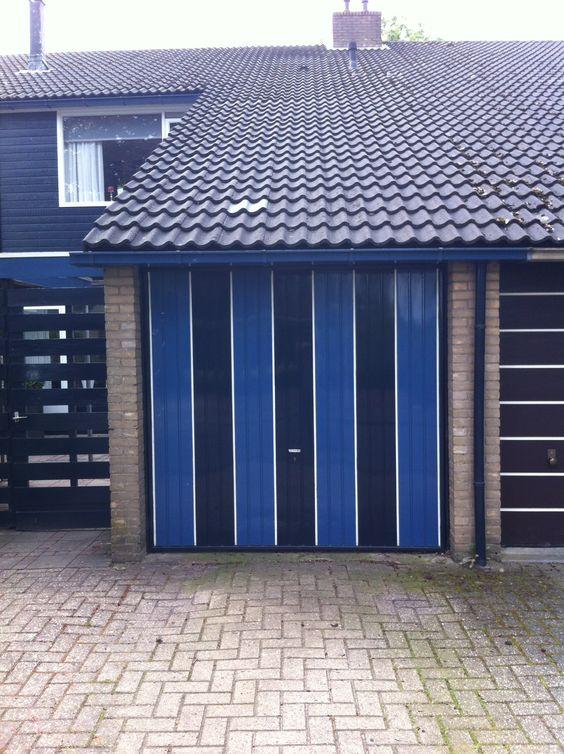 Mooi geschilderde kiep- kanteldeur. Top Level bv levert moderne geïsoleerde garagedeuren voor de doe-het-zelver