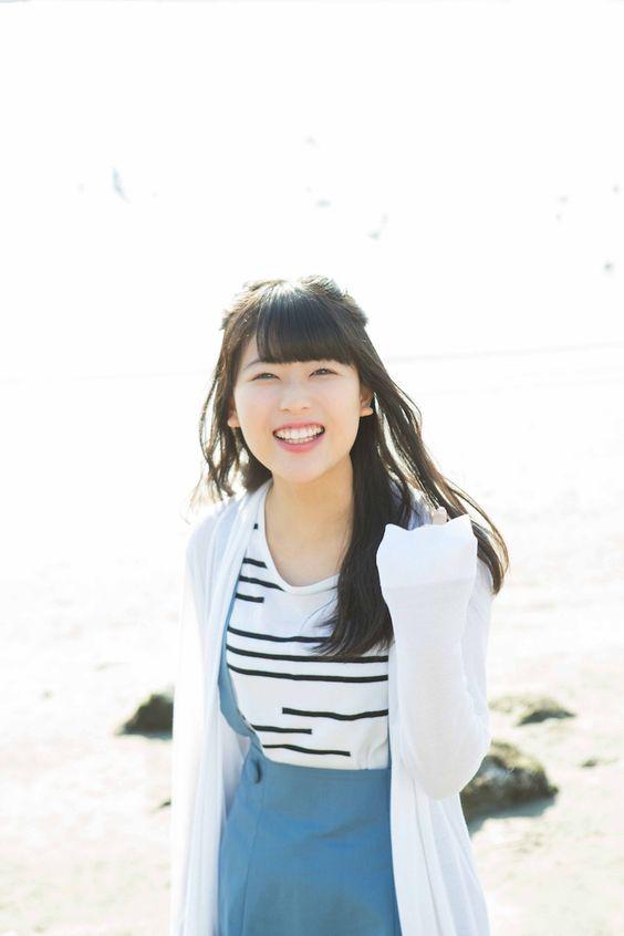 海岸で笑顔の岩本蓮加