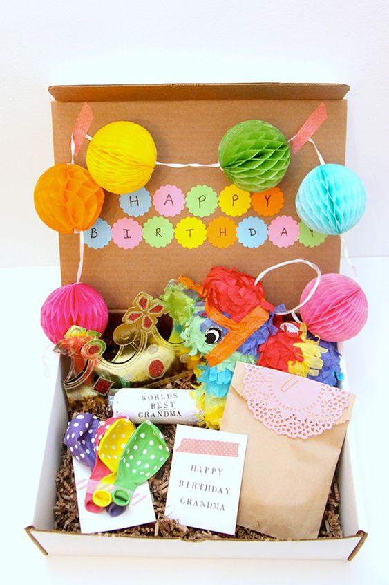 Festa na caixa decorada com mini colmeias de papel de seda.