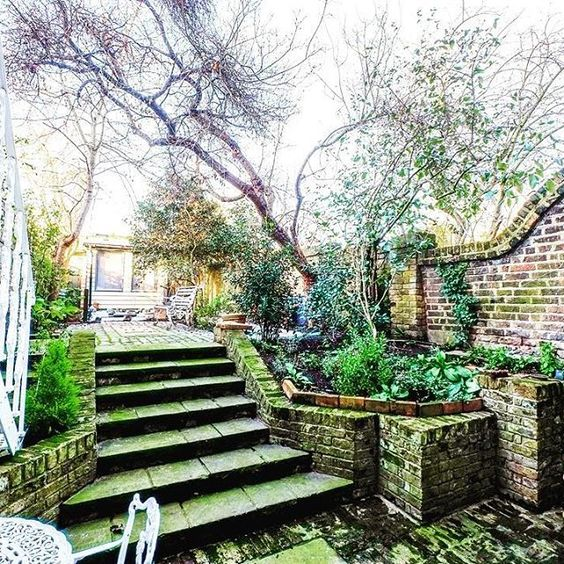 Yet another lovely new homestay to add to our collection and it's got a gorgeous garden too!  #londonaccomodation #homeawayfromhome #gardendesign #citygarden