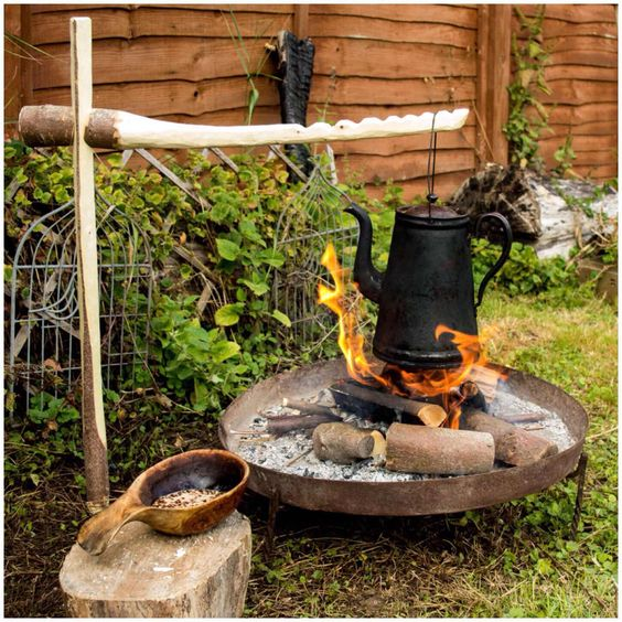 bushcraft projects Pictures and articles to inspire me to create something warm and durable | see more ideas about diy clothes, outdoor tools and bushcraft.