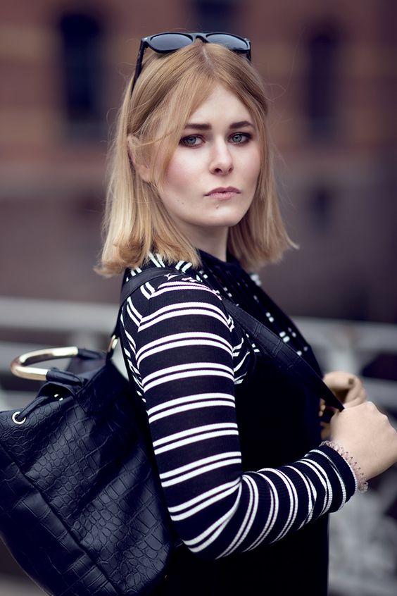 Fashion Bloggerin trägt ein schwarzes Kleid aus Samt