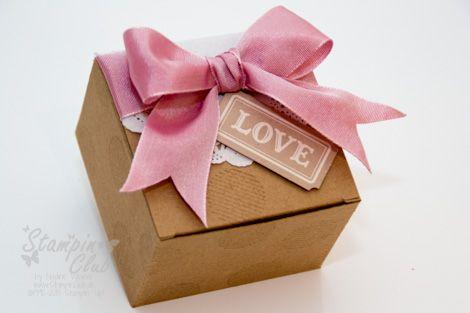_DSC9290 Stampin Up Box Verpackung Collage Curios Embellishment Artisan Kit Kreativ-Set Accessoires Papier-Spitzendeckchen White Tea Lace Paper Doilies Two-Tone Ribbon Duo-Ton Geschenkband _