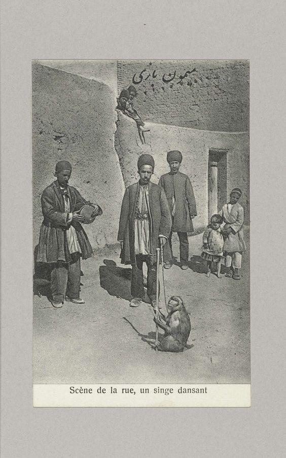 Anonymous | Drie mannen, vier kinderen en een dansend aapje op straat, Anonymous, c. 1895 - c. 1915 |
