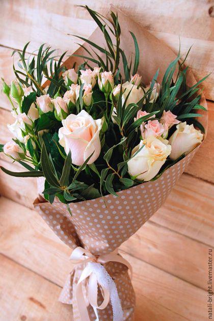 Купить или заказать Букет из цветов живых Легкость в интернет-магазине на Ярмарке Мастеров. Букет из цветов живых Легкость Букет из живых цветов. Букет состоит из кустовых и крупных роз и эвкалипта. Упакован букет в крафт-бумагу перевязан хлопковым кружевом и атласной лентой. Возможен другой цвет роз: красный, розовый, белый, персиковый.: