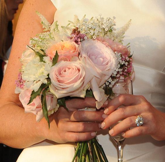 Bouquet de mari e rose poudr et corail astilbe roses oeillet gypsophile et ruscus mes - Deco mariage rose poudre ...