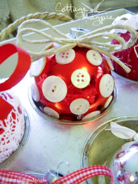 Christmas Ornament... From http://cottagemagpie.com/holidays/red-white-ornament-craft/ ~ *\o/* ~ *\o/* ~ I'm in love with these, they look so pretty, yet they'll be easy to replicate. Ps... That was my Happy Dance above in case you were wondering... Hahaha