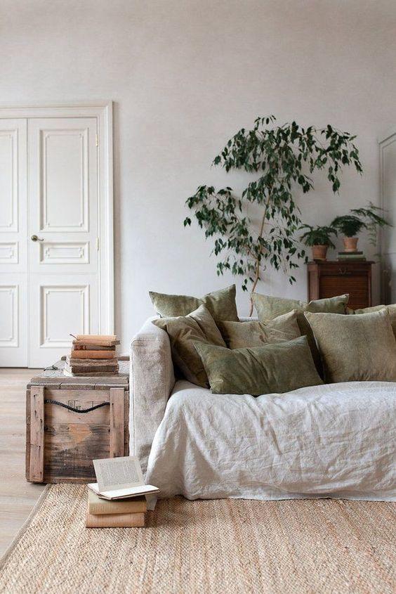 ナチュラルインテリア 一人暮らし コーディネート例 ソファ クッション 観葉植物