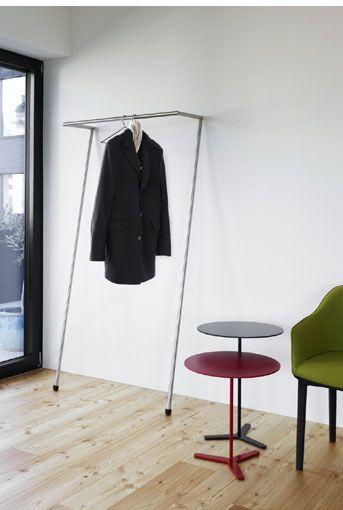 Die Garderobe Zen von Mox lehnt ohne Montage gegen jede Wand.