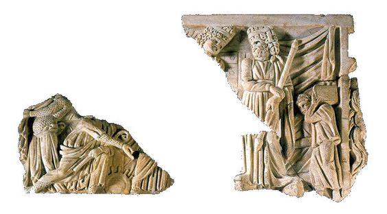 """Fragmento de placa frontal de una tapa de sarcófago """"Este panel que representa a actores de comedia debe relacionarse con un pequeño fragmento del Museo Nazionale Romano (MNR 9059 + 9171) y un elemento de sarcófago publicado como procedente de Roma, Vigna S. Ambrosio. En estos dos elementos, los personajes cuyas cabezas conservadas llevan máscaras juveniles, se ha considerado que son esclavos de la Nueva Comedia."""" Información tomada de Almendron."""