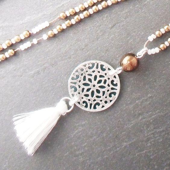 Sautoir ethnique perles bronze rocaille blanc pendentif arabesque pompon : Collier par bleu-celestine