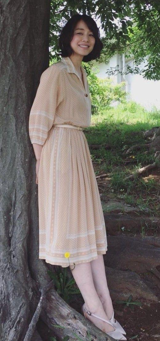 木に寄りかかる石田ゆり子