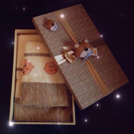 Caixa madeira forrada tecido com jogo de toalha de banho motivo bebê