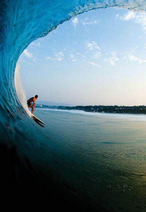 ブルーの海とサーフィン