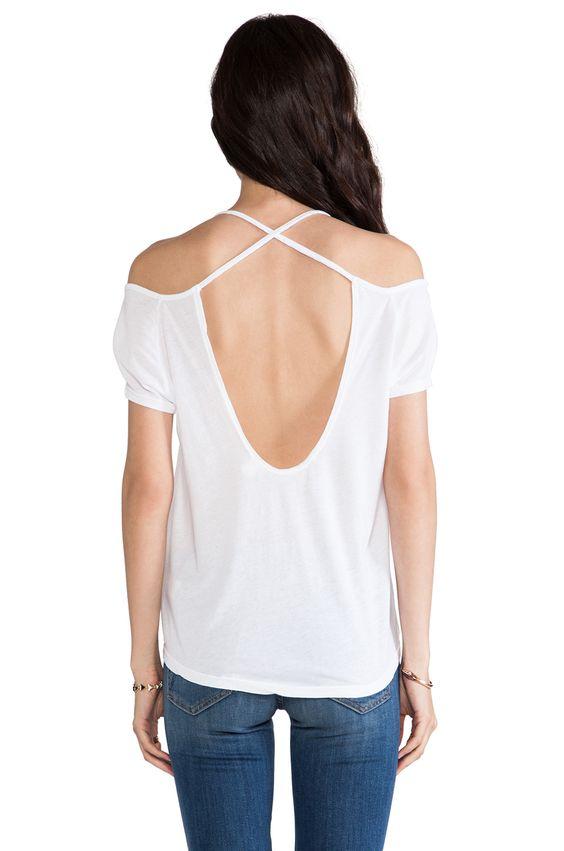 Uitsparing in de rug en blote schouders maken; het shirt wordt op zijn plek gehouden door de gekuiste banden.