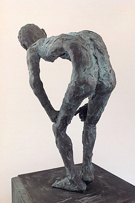 Figura Ne264. 2015. Arcilla polimérica. Polvo de bronce patinado. Madera. 35 x 15 cm. http://facebook.com/pablohuesoescultura