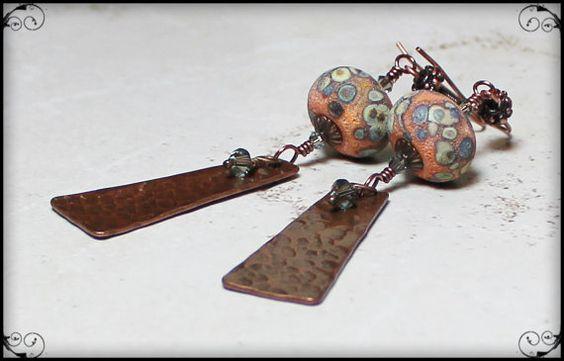 Mandarine...  Schöne Handgewickelte Perlen und herrlich strukturierten Antik Kupfer-Komponenten sind die Stars dieses einzigartiges Paar Ohrringe. Diese Komponenten sind gepaart mit Swarovski-Kristallen für einen warmen, anspruchsvolle Boho-Look. Diese Ohrringe Messen 3 1/3 lang und sind leicht. Sie kommen verpackt schön dafür.  Die wunderschöne Lampwork Perlen in dieses Paar Ohrringe wurden von der talentierten Raida Disbrow bei https://www.etsy.com/shop/HavanaBeads?ref=l2-shopheader-name…