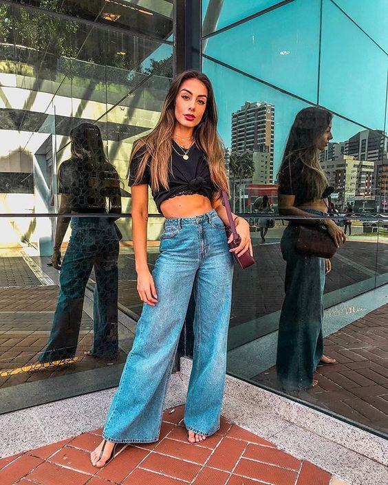 Calça pantalona jeans com cropped, looks com calça pantalona, look verão, look com calça e rasteirinha.