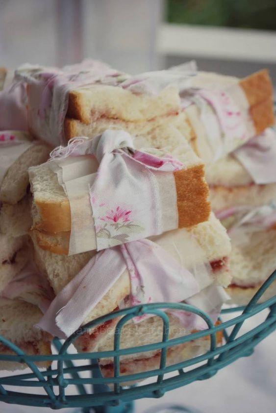 Sanduíches decorados com tiras de tecido para festa Shabby Chic!