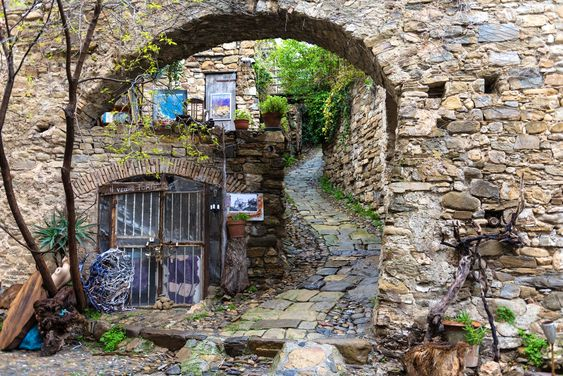 Having a walk in Bussana Vecchia the Artist's village of Liguria Ponente | itinari