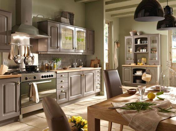 Alliage élégant de la couleur taupe / grise et du bois: