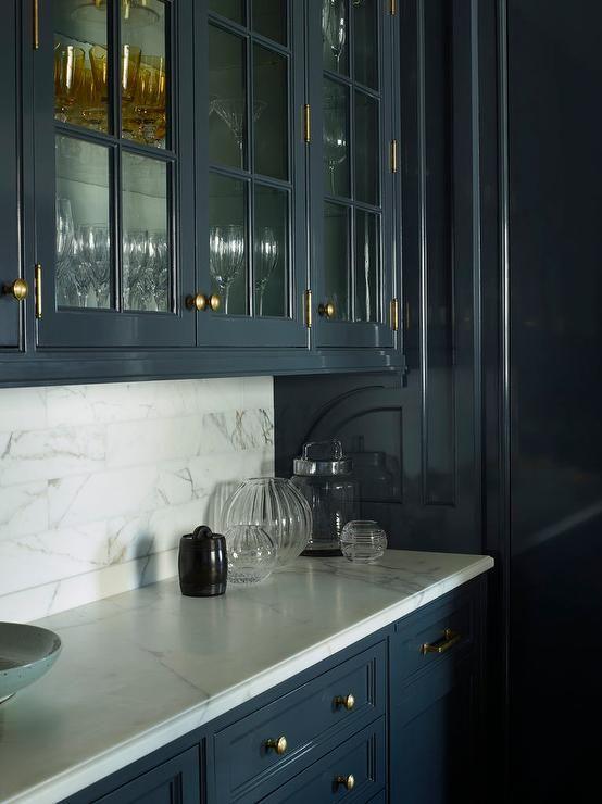 Dark Blue Lacquered Cabinets Adorned With Antique Brass Hardware And A White Marbl Dark Blue Kitchen Cabinets White Kitchen Decor Backsplash With Dark Cabinets