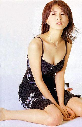 黒いセクシーな服を着た長谷川京子