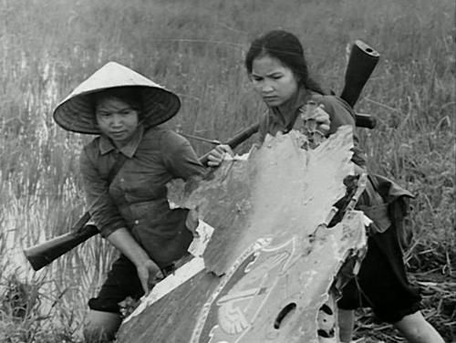 Viet Cong Women | Viet Women Gun | Two North Vietnamese peasant soldiers carry part of ...: