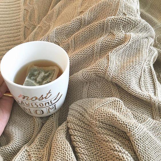 Tasse de thé sur une couverture