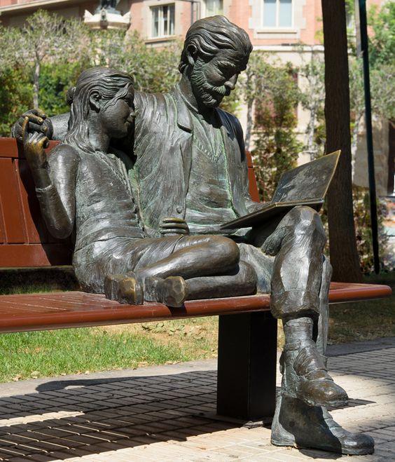 """Escultura """"Señor leyendo a una nena"""" de Carlos Vento. Castelló de la Plana"""