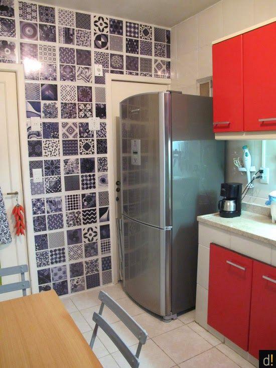 Cozinha linda da Vivi do Decorviva, com azulejos adesivados em preto e branco!