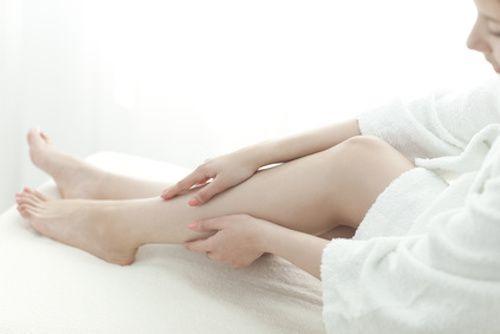 Vous ressentez le besoin de systématiquement bouger vos jambes lorsque vous êtes assis ? Vous éprouvez clairement des fourmillements, des picotements, voire même des petites décharges électriques durant vos nuits ? Découvrez ces 5 conseils pour soulager les jambes sans repos.