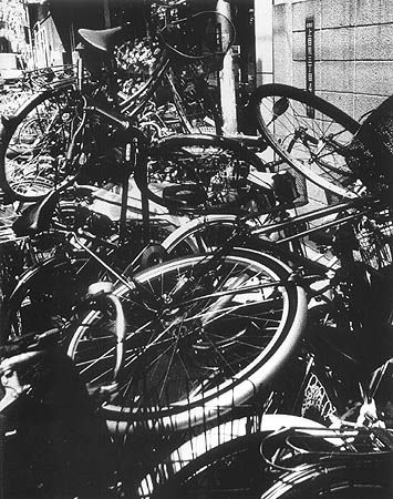 nobody's bikes | foto: daido moriyama