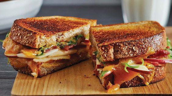 Grilled-cheese aux pommes et au bacon #IGA #recette #pomme