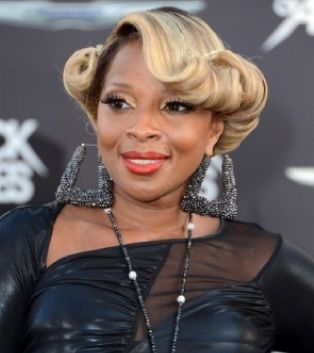 Love this 50's inspired hairdo sported by Mary J Blige. Simply said....elegant