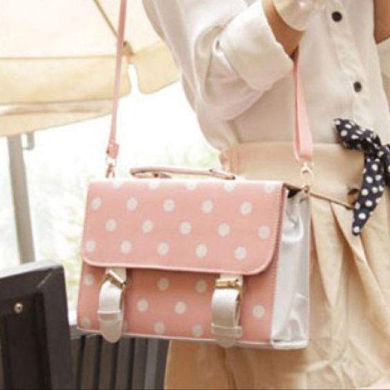 Detalhes que fazem toda diferença no look!! Adoro usar essas bolsas estilo bonequinha. Details ✨