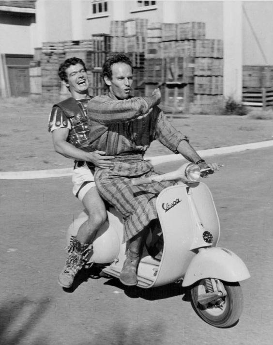 Stephen Boyd y Charlton Heston en los estudios Cinecitta (Roma) durante un descanso del rodaje de 'Ben Hur' (1959).